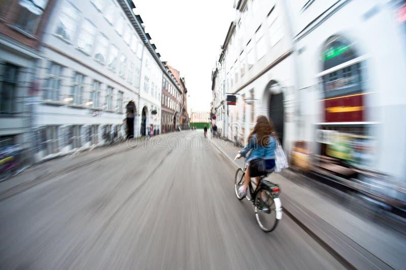 Flicka som rider en cykel arkivbilder