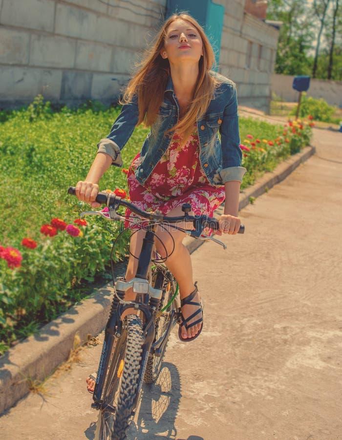 Flicka som rider en cykel royaltyfri foto
