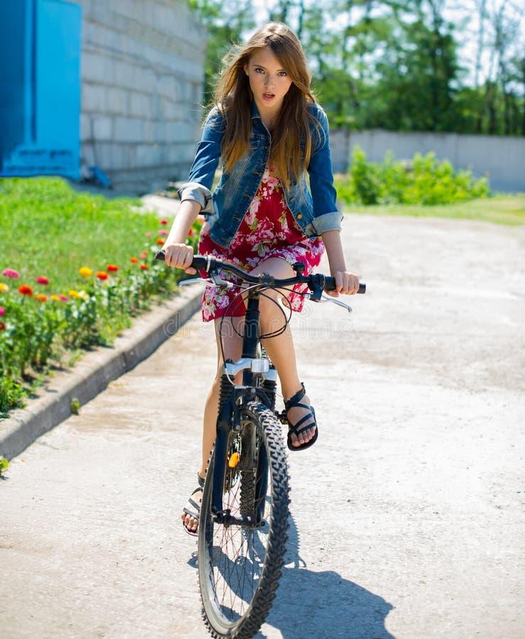 Flicka som rider en cykel royaltyfria foton