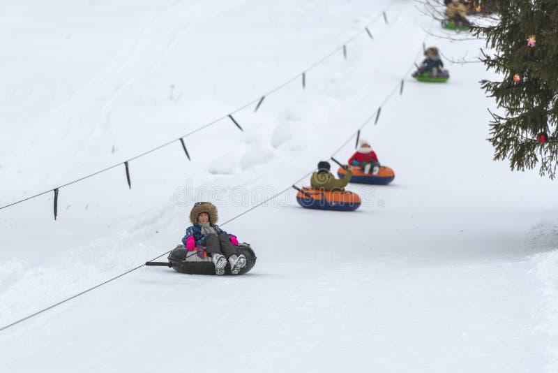 Flicka som rider snöröret arkivfoton