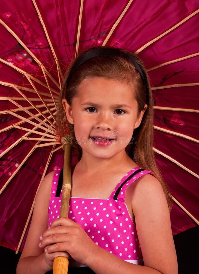 flicka som rymmer det små paraplyet royaltyfria bilder