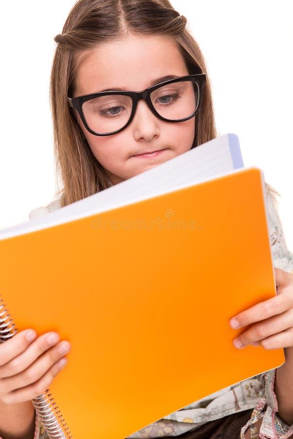 Flicka som rymmer en sketchbook arkivbilder