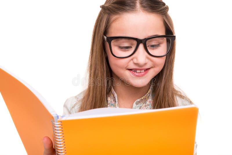 Flicka som rymmer en sketchbook royaltyfri foto