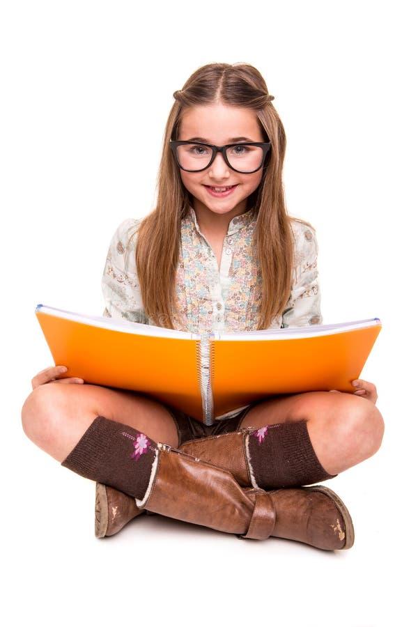 Flicka som rymmer en sketchbook royaltyfri bild