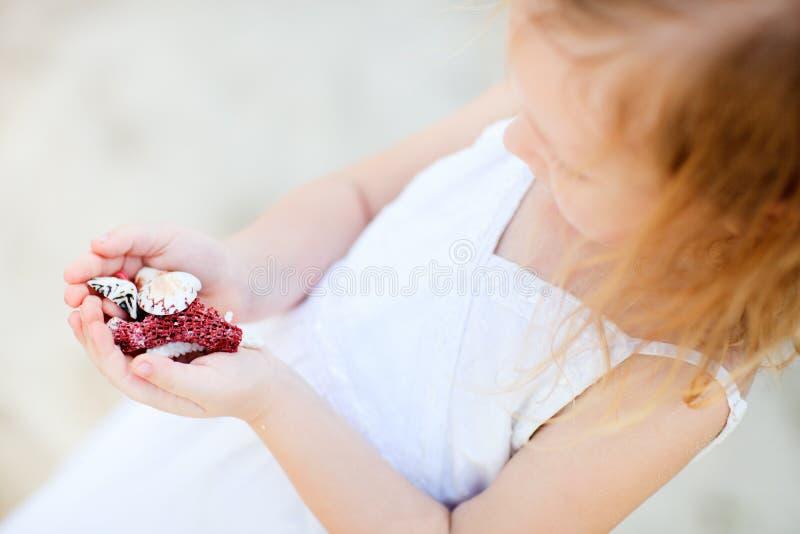 flicka som rymmer lilla snäckskal royaltyfri bild