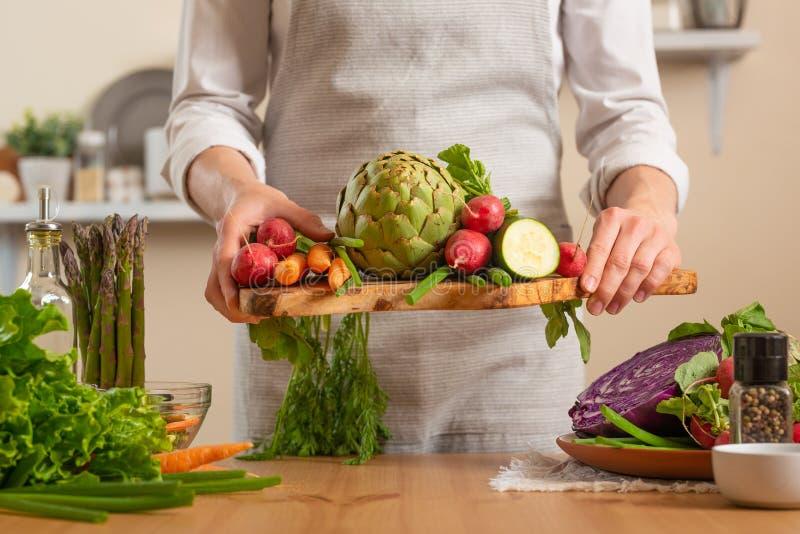 Flicka som rymmer nya grönsaker Begreppet av förlorande sund och hälsosam mat, detoxen, strikt vegetarian som äter, bantar och at royaltyfri bild
