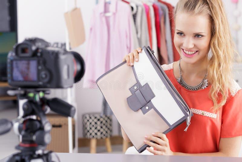 Flicka som säljer hennes material arkivfoto