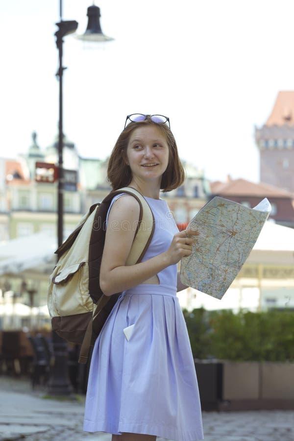 Flicka som ser översiktsanseendet på den huvudsakliga fyrkanten Rynek av Poz arkivfoto