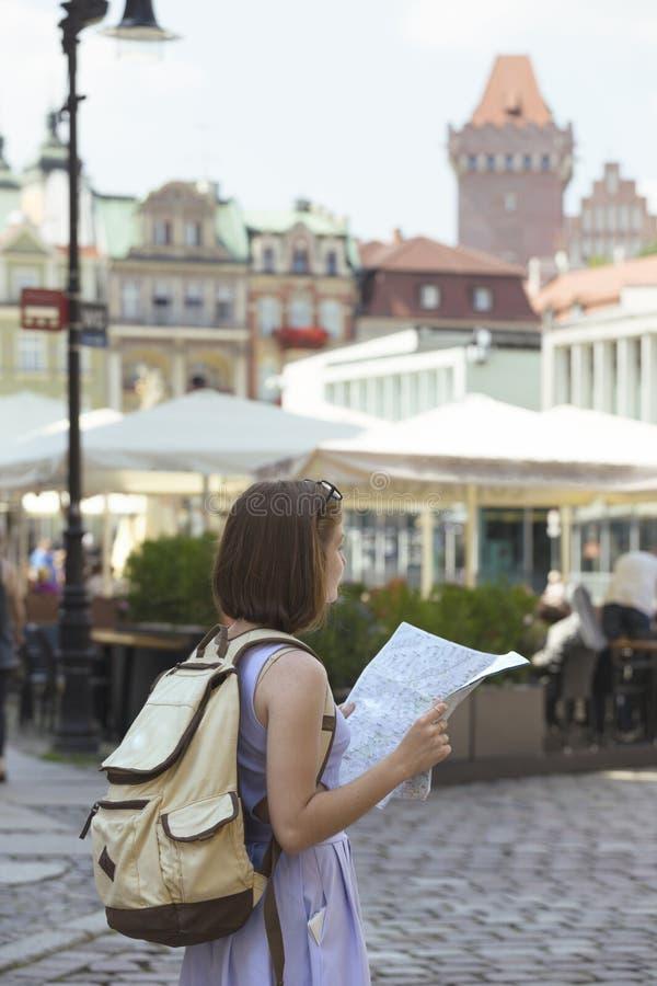 Flicka som ser översiktsanseendet på den huvudsakliga fyrkanten Rynek av Poz royaltyfri foto