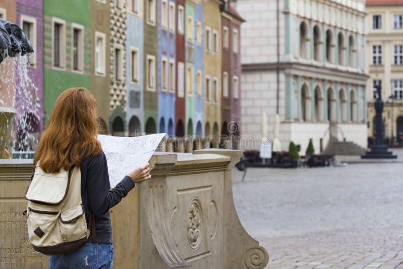 Flicka som ser översiktsanseendet på den huvudsakliga fyrkanten Rynek av Poz royaltyfri fotografi