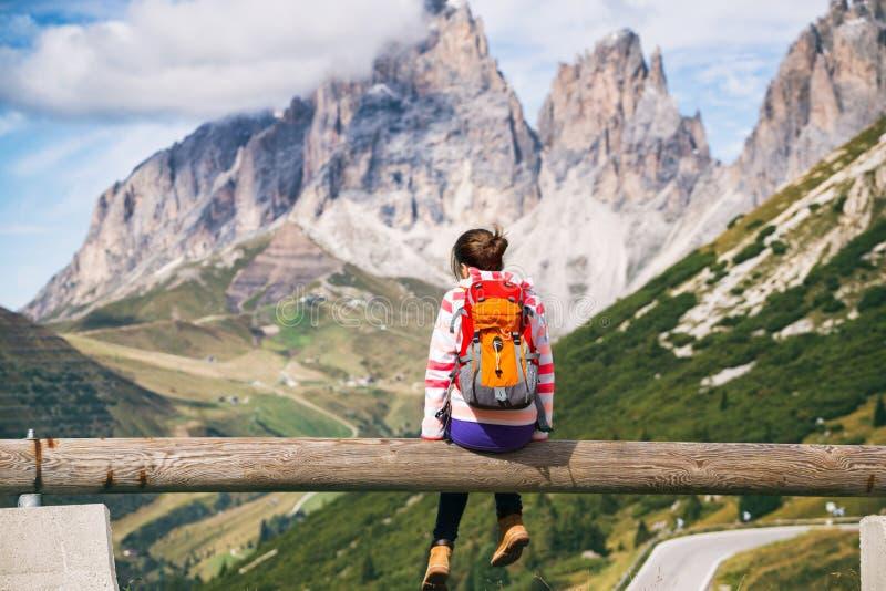 flicka som ser berg royaltyfri foto