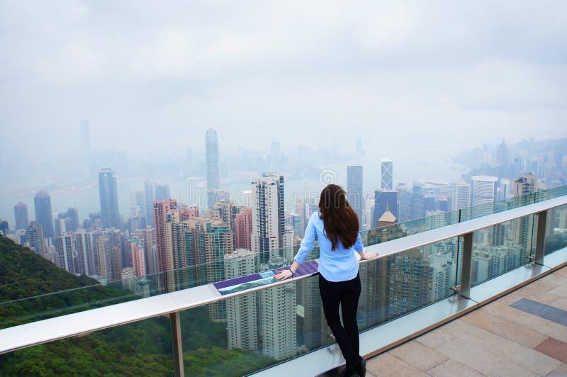 Flicka som ser den Hong Kong panoraman arkivfoto