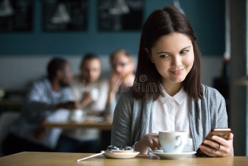 Flicka som ser efterrätten som beställas av grabbar som flörtar i kafé royaltyfri foto