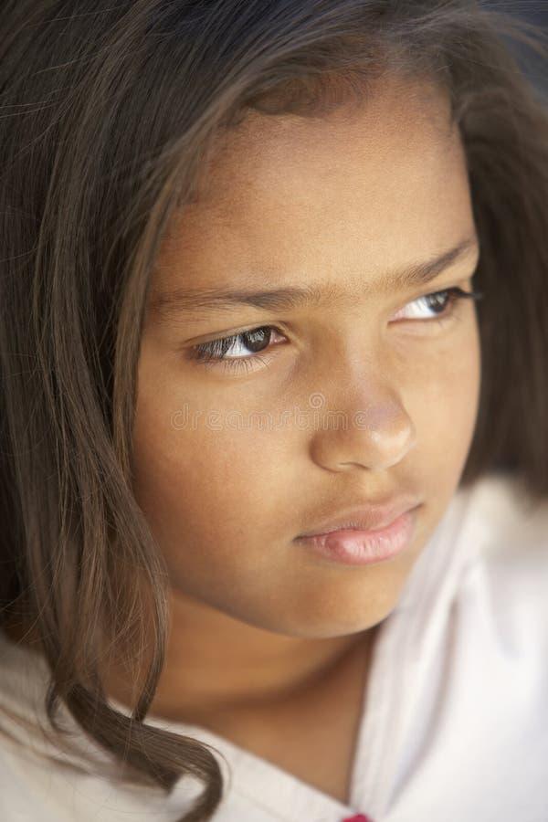 flicka som ser fundersam arkivbild
