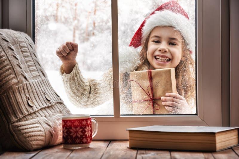 Flicka som ser i fönster royaltyfri fotografi
