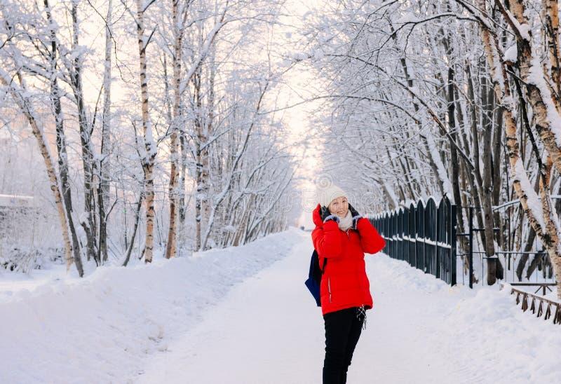 Flicka som ser kameran på den Murmansk gatan i vinter royaltyfri foto