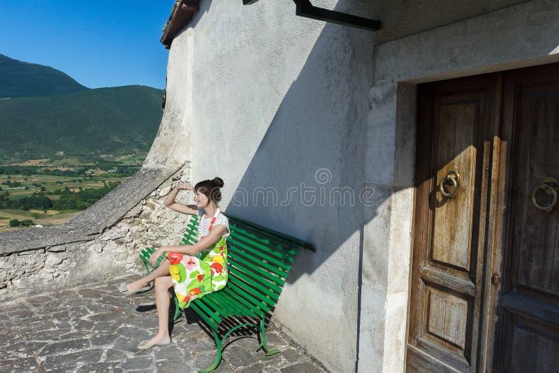 Flicka som ser lantligt landskap för italienskt berg i den Abruzzo regionen arkivfoton