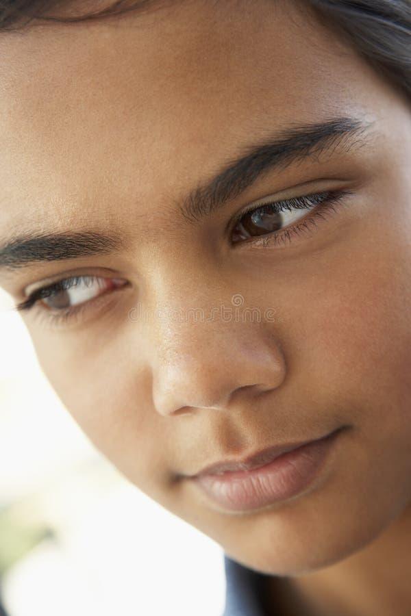 flicka som ser pre teen bekymrat arkivfoto