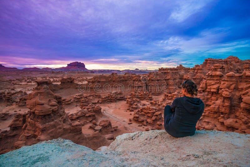 Flicka som ser solnedgånghimmel över elakt trolldalen royaltyfria foton