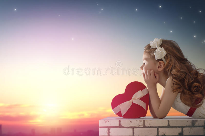 Flicka som ser staden royaltyfria foton