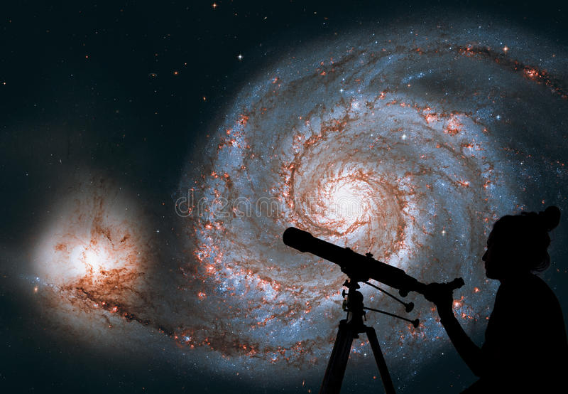 Flicka som ser stjärnorna med teleskopet Bubbelpoolgalax royaltyfria bilder