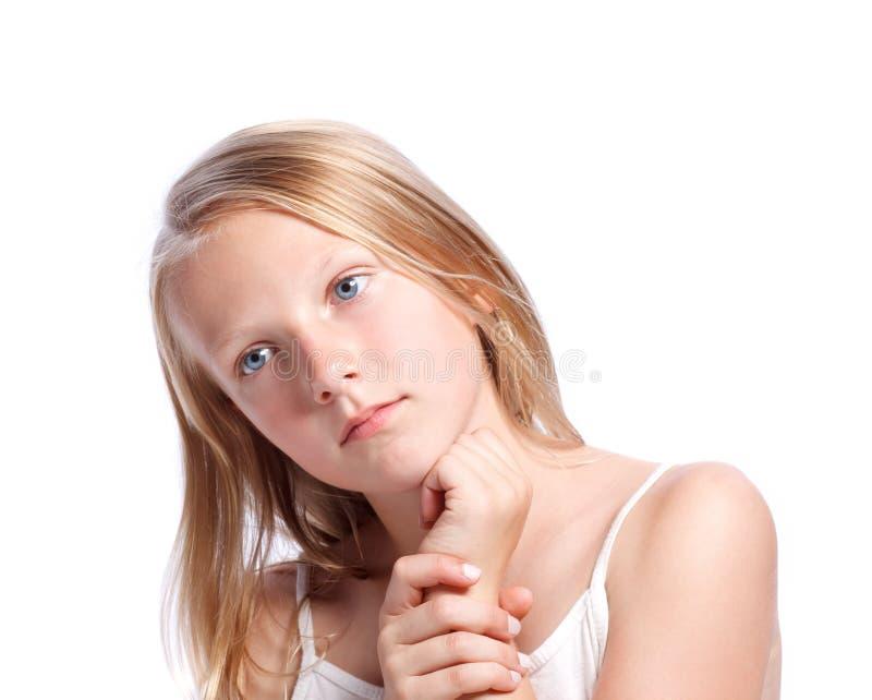 flicka som ser tänkande barn royaltyfri bild