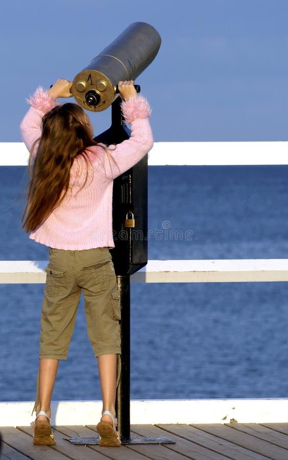 flicka som ser teleskop fotografering för bildbyråer