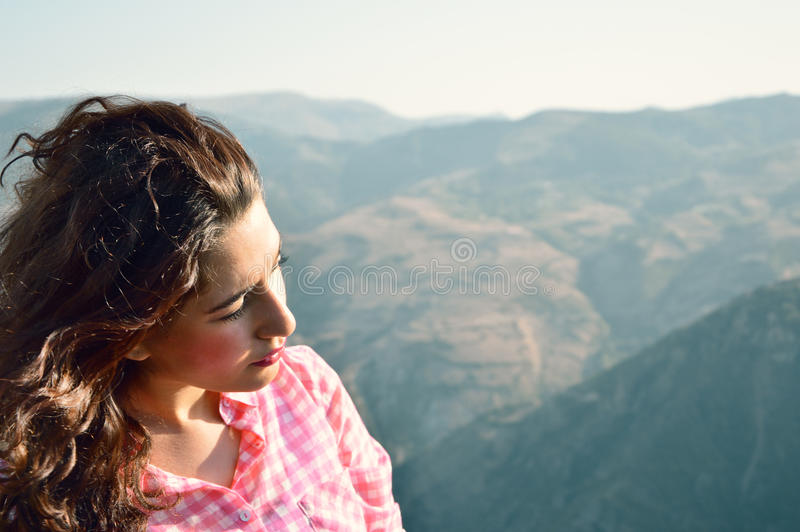 Flicka som ser till naturen royaltyfria foton