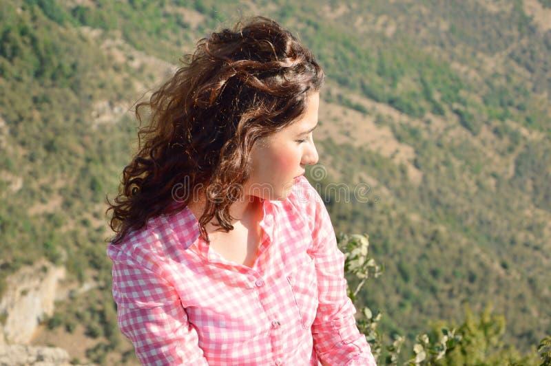 Flicka som ser till naturen royaltyfri foto