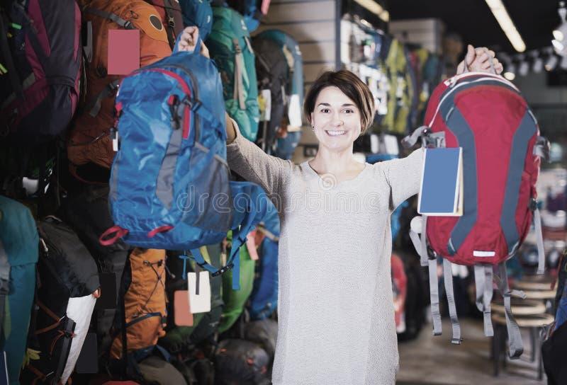 Flicka som skryter om köpanderyggsäckar fotografering för bildbyråer