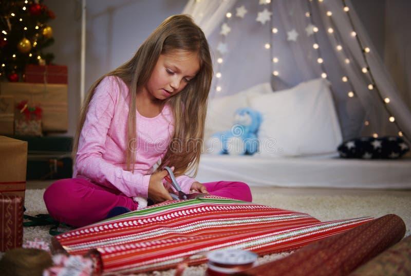 Flicka som slår in gåvor arkivbilder
