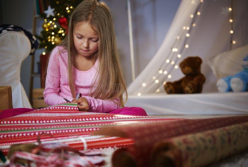 Flicka som slår in gåvor royaltyfri bild
