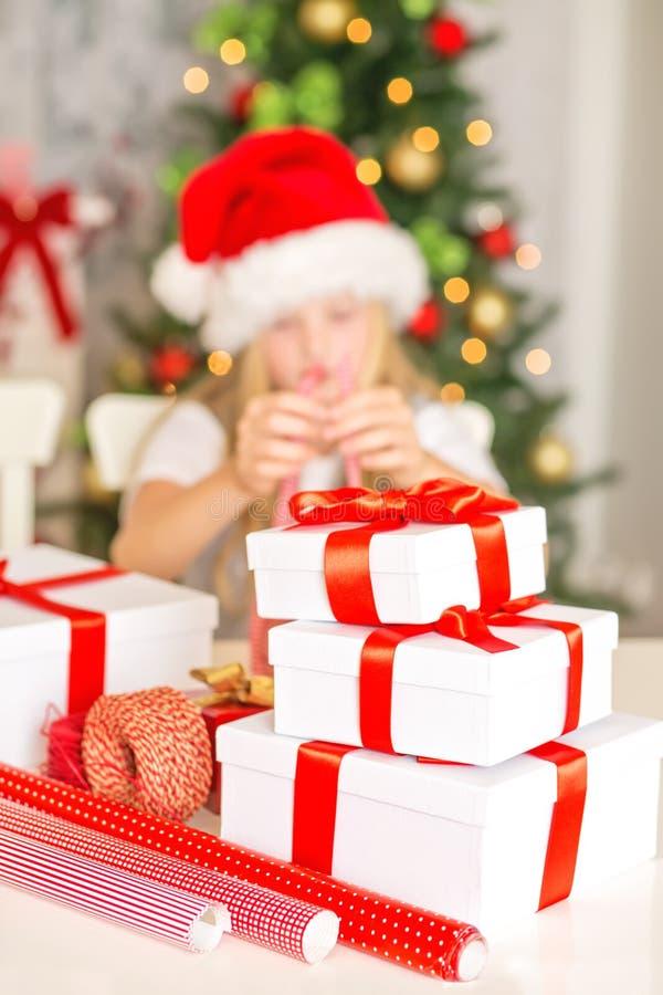 Flicka som slår in julgåvor arkivfoton