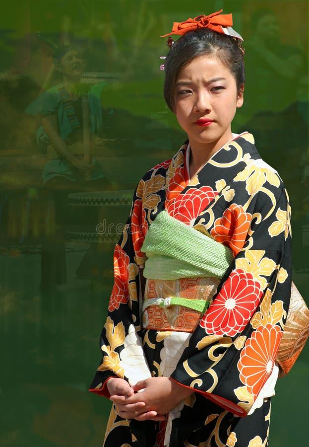 Flicka som slitage den japanska kimonoen