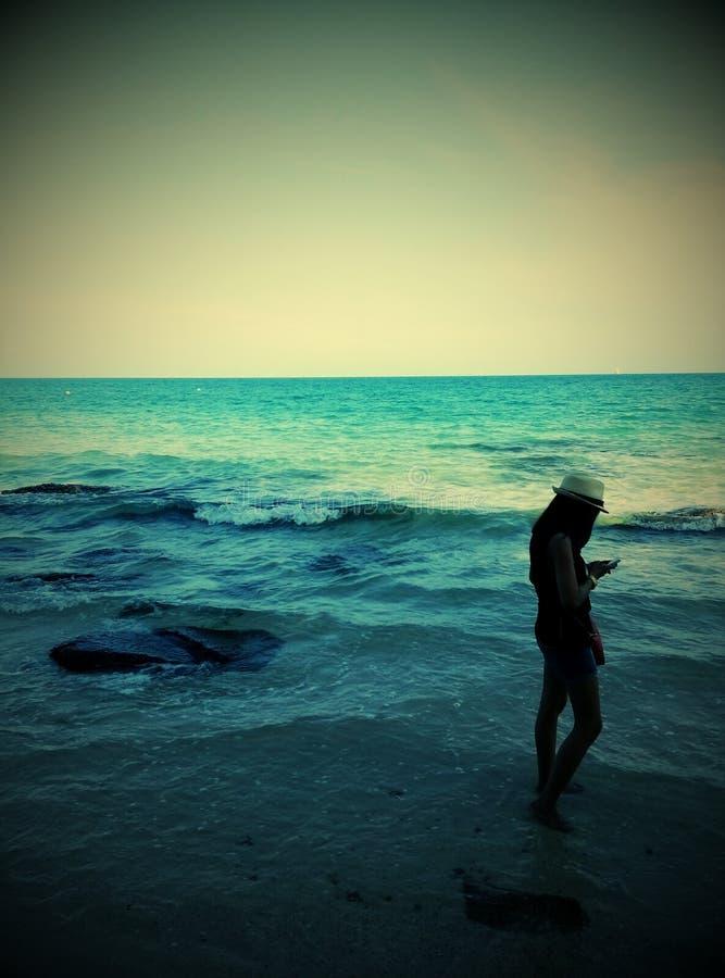 flicka som smsar på sjösidan arkivfoto