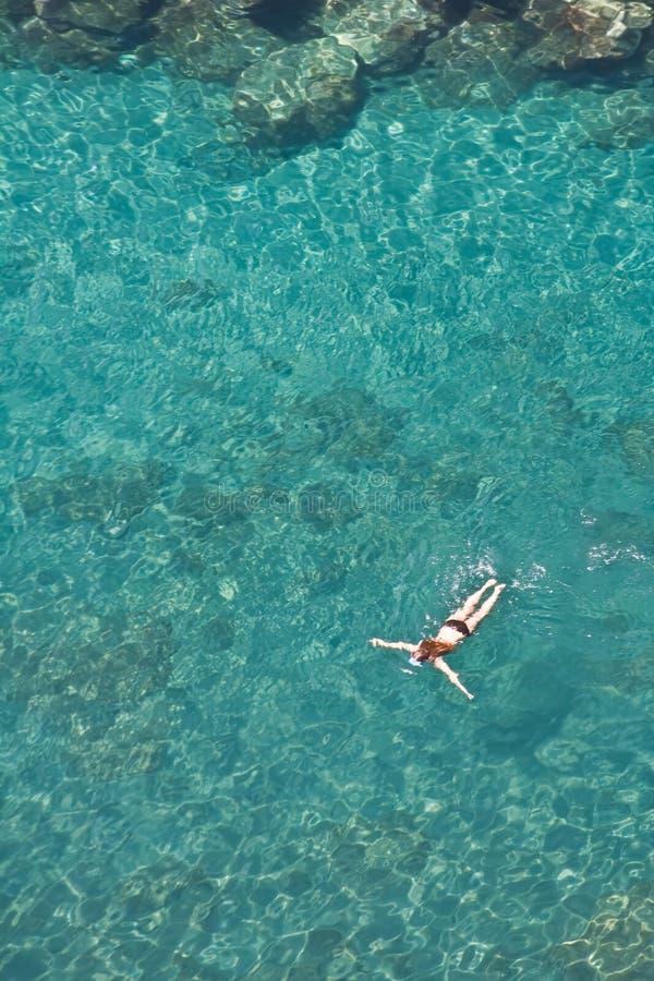 flicka som snorkeling royaltyfria foton