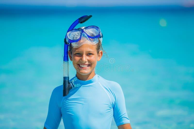 flicka som snorkeling arkivfoton