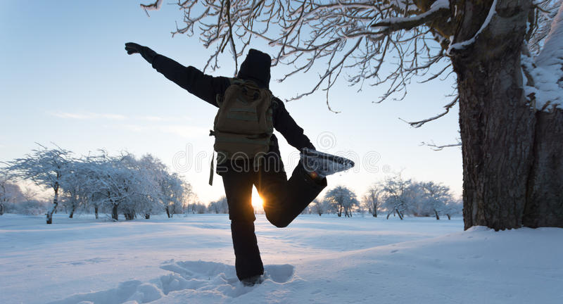 Flicka som sparkar snö för ligganderussia för 33c januari ural vinter temperatur Solnedgång royaltyfria foton