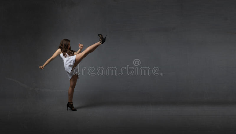 Flicka som sparkar tomt utrymme arkivfoton