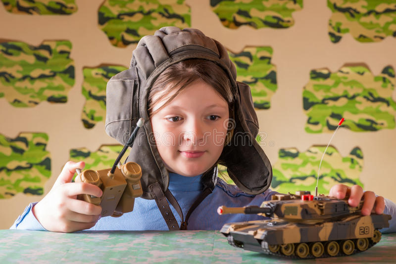 Flicka som spelar den militära behållaren för leksak arkivbild