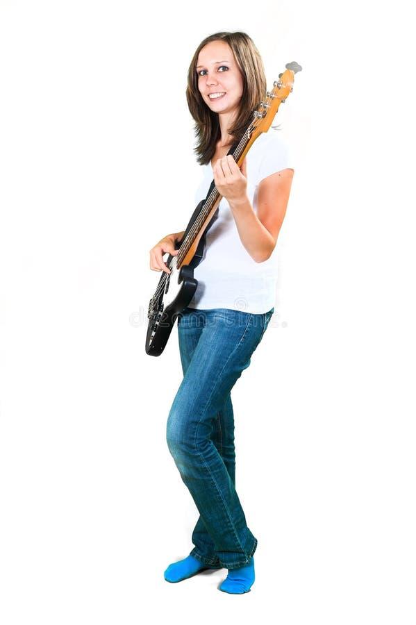 Flicka som spelar elbasen som isoleras på vit royaltyfri bild