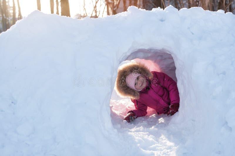 Flicka som spelar i den insnöade vintern royaltyfri fotografi