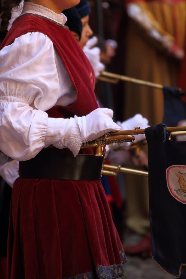 Flicka, som spelar med chiarinaen, ett historiskt instrument 3 royaltyfri foto