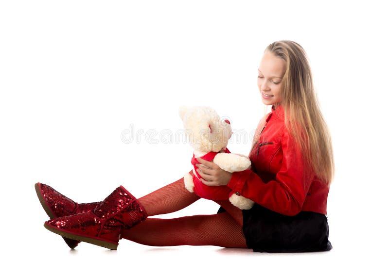 Flicka som spelar med det välfyllda djuret arkivfoton