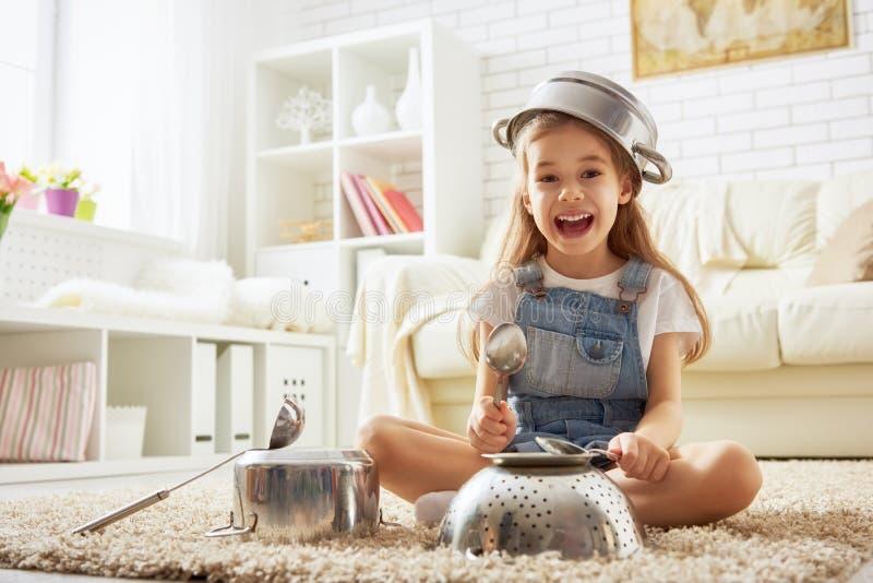 Flicka som spelar med redskap arkivbild
