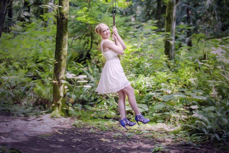 Flicka som svänger i skog arkivbilder