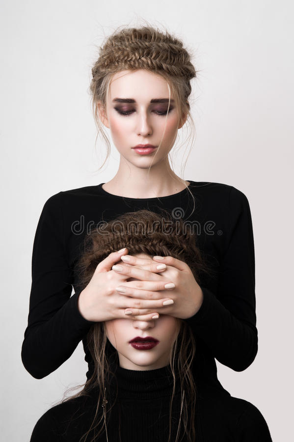 Flicka som täcker hennes väns ögon royaltyfria bilder
