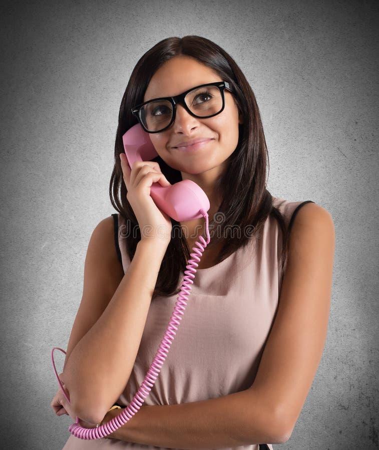 Flicka som talar p? ringa fotografering för bildbyråer