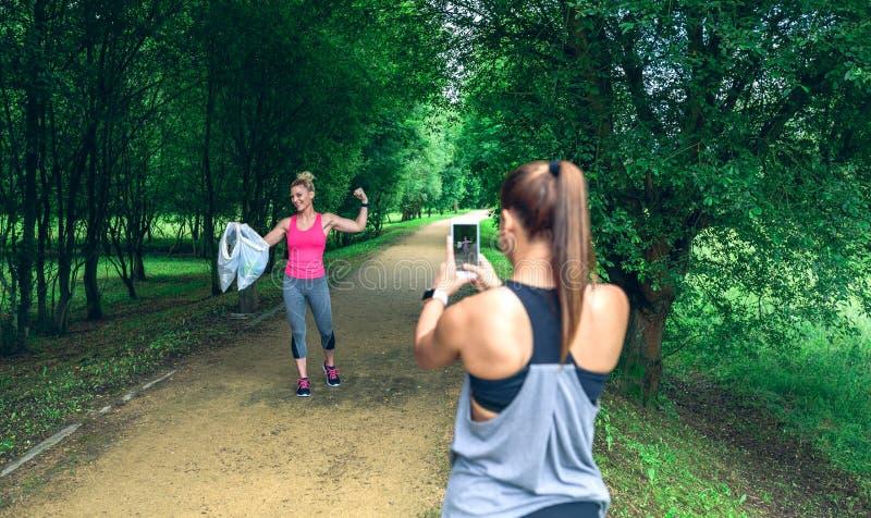 Flicka som tar bilden av en v?n, n?r plogging royaltyfri bild