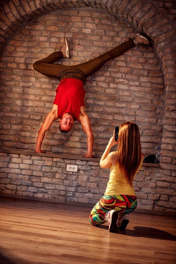 Flicka som tar bilden av höft-flygtur den utförande dansaren arkivbild